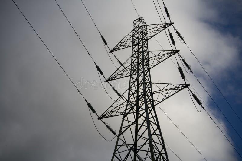 Elektrizitäts-Gondelstielwolken und -himmel lizenzfreie stockbilder