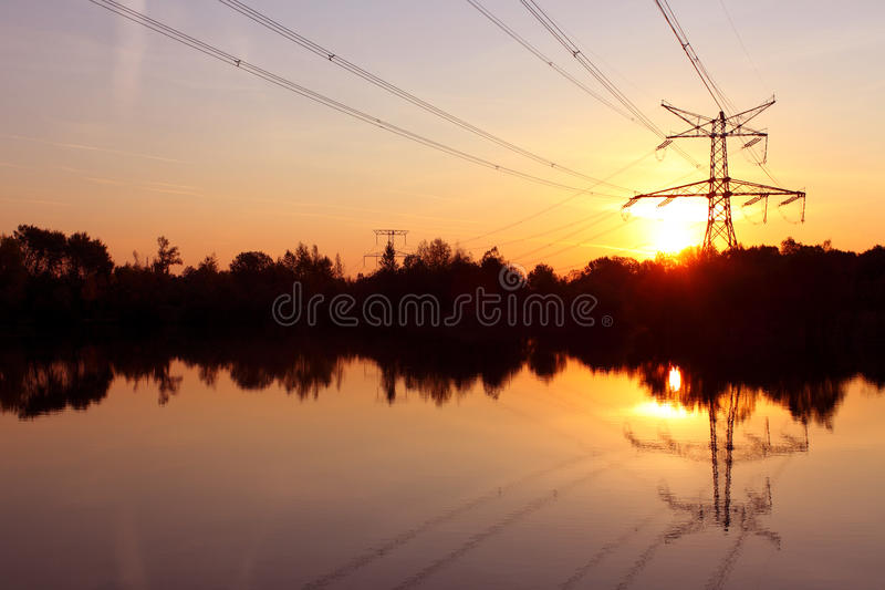 Elektrizitätsgondelstiel mit Reflexion im Wasser stockbilder