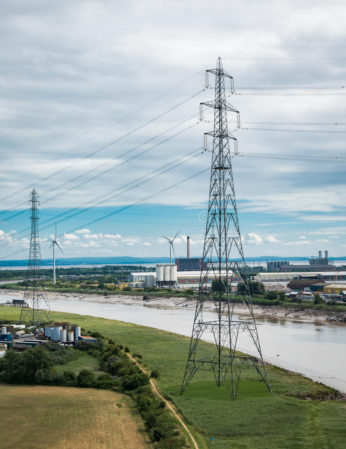 Elektrizitätsgondelstiele auf dem Gerstengebiet lizenzfreie stockfotos