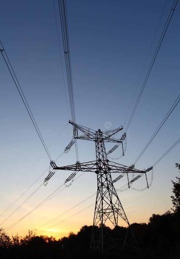Elektrizitätsgondelstiele am Sonnenuntergang lizenzfreie stockfotos
