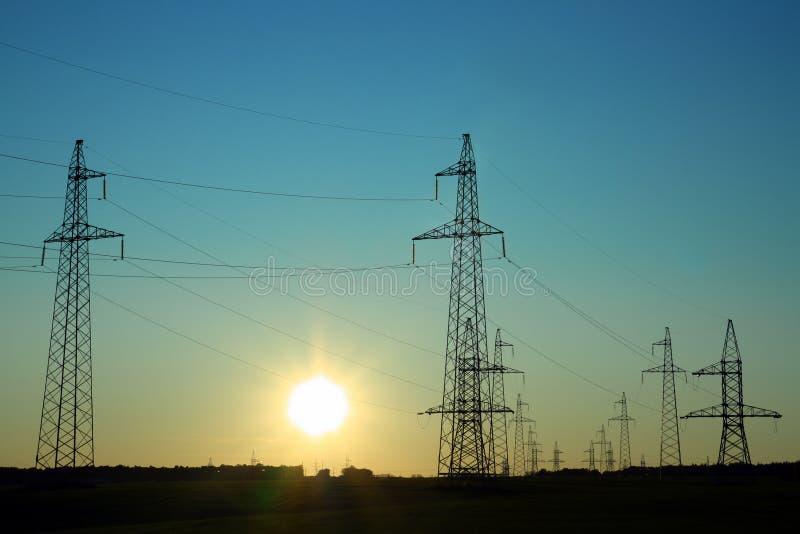 Elektrizitätsseilzug-Fernsehtürme stockbilder