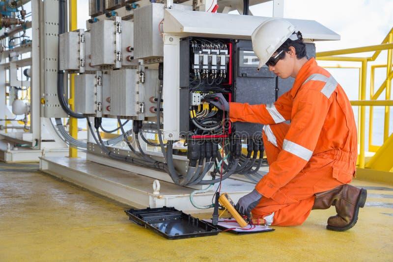 Elektro en instrumententechnicus die voltage van thermo elektrische generator en verslaglezingswaarde meten royalty-vrije stock afbeelding