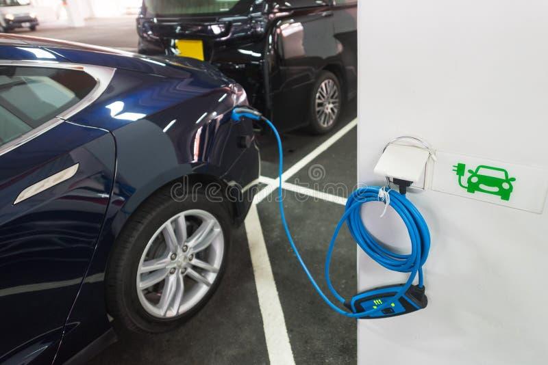 Elektro-Mobil auf der Aufladung lizenzfreies stockbild