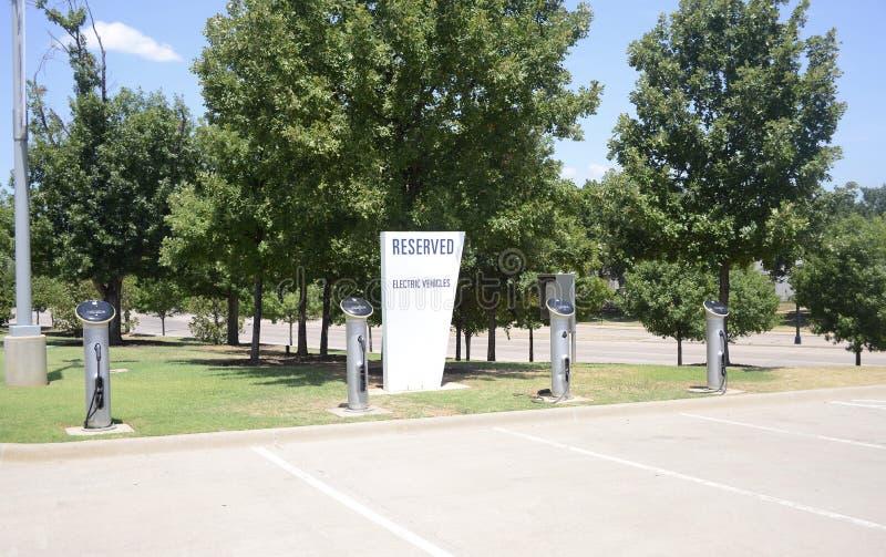 Elektro-Mobil-Ladestations-reserviertes Parken lizenzfreies stockbild
