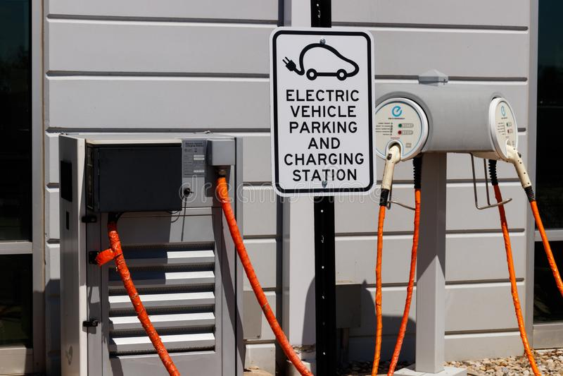 Elektro-Mobil-schnelles Ladeger?t bei lokalen Nissan Car Dealership Nissan TREIBEN EV ist ein Bestseller- Fahrzeug II Bl?tter lizenzfreie stockbilder