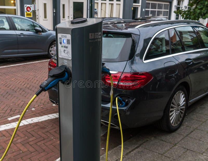 Elektro-Mobil-Service-Ausrüstung auf den Straßen von den Niederlanden lizenzfreie stockfotografie