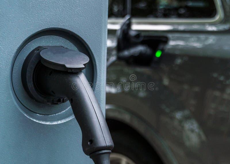 Elektro-Mobil-Service-Ausrüstung auf der Straße lizenzfreie stockbilder