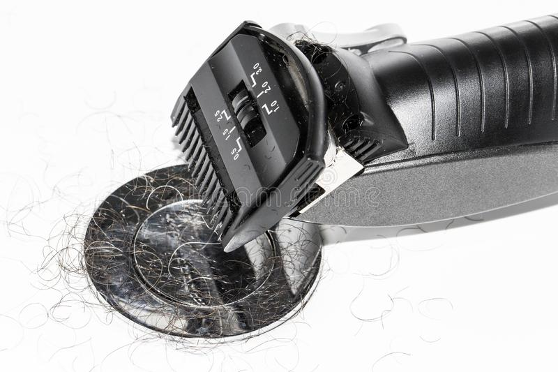Elektro zwart scheerapparaat over witte achtergrond in het wasbassin royalty-vrije stock afbeelding