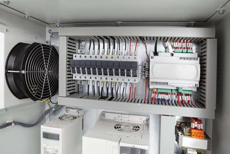 Elektroachtergrond, voltageschakelbord met stroomonderbrekers stock afbeeldingen
