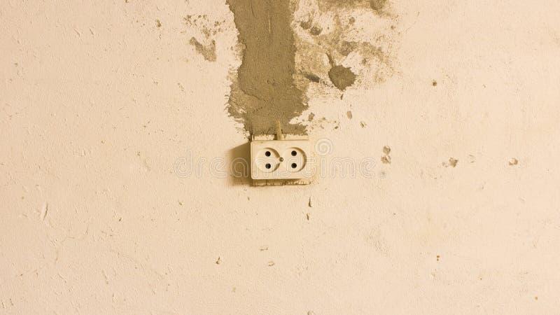 Elektroafzet op de oude concrete muur Ge?soleerdi op lichte achtergrond stock afbeelding