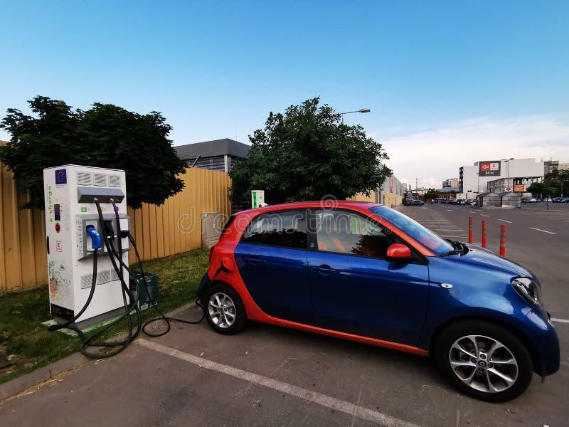 Elektroauto angeschlossen zum Strom - Aufladung eines Elektroautos lizenzfreies stockbild