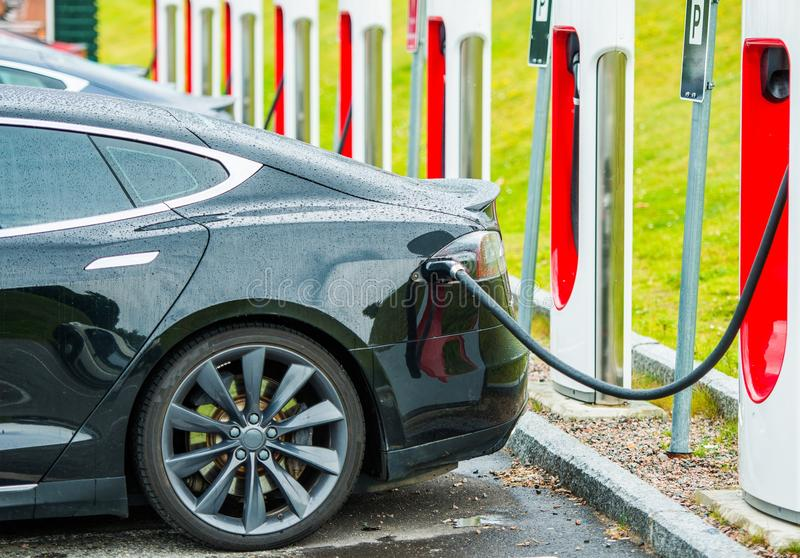 Elektroauto-Batterie-Aufladung lizenzfreies stockfoto