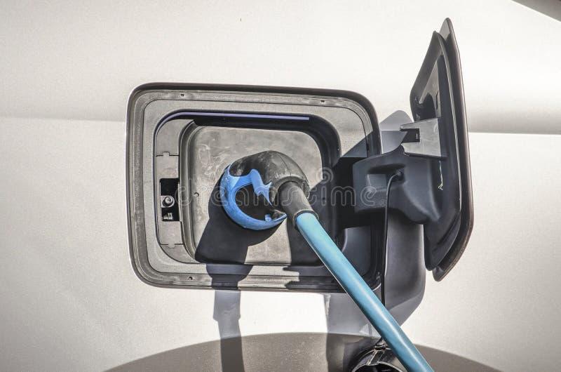 Elektroauto, das aufgeladen wird stockfotografie