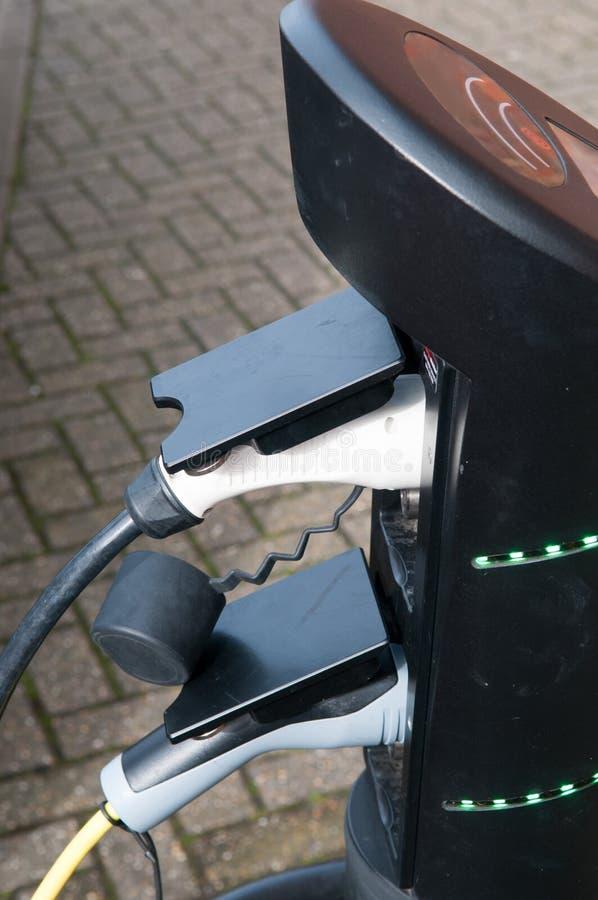 Elektroauto, das auflädt, um an der Straßenrandstromversorgung wieder zu tanken lizenzfreie stockfotos