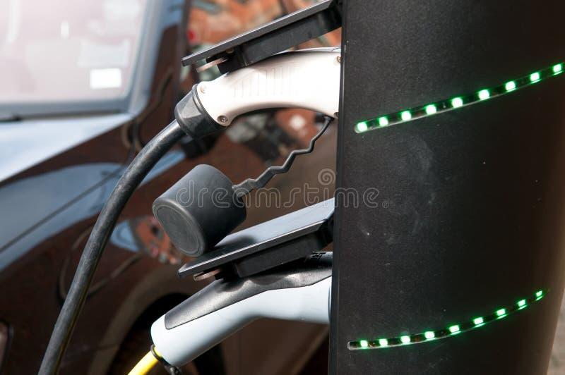 Elektroauto, das auflädt, um an der Straßenrandstromversorgung wieder zu tanken lizenzfreies stockbild
