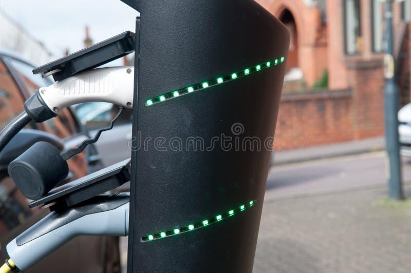 Elektroauto, das auflädt, um an der Straßenrandstromversorgung wieder zu tanken stockfotos