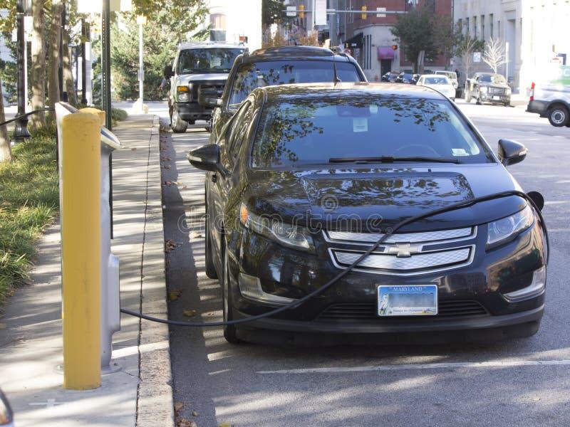 Elektroauto, das nahe BaltimoreRathaus neulädt lizenzfreie stockfotografie