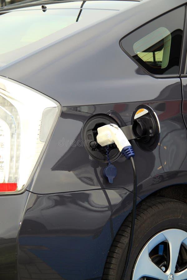 Elektroauto am Gebührenpunkt lizenzfreies stockbild
