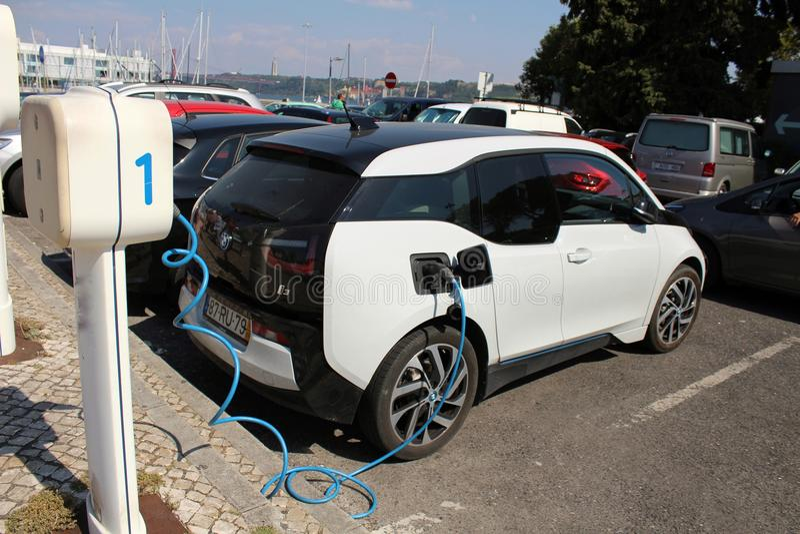 Elektroauto geparkt und Aufladung lizenzfreies stockfoto