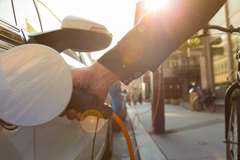 Elektroauto in Ladestation lizenzfreies stockfoto