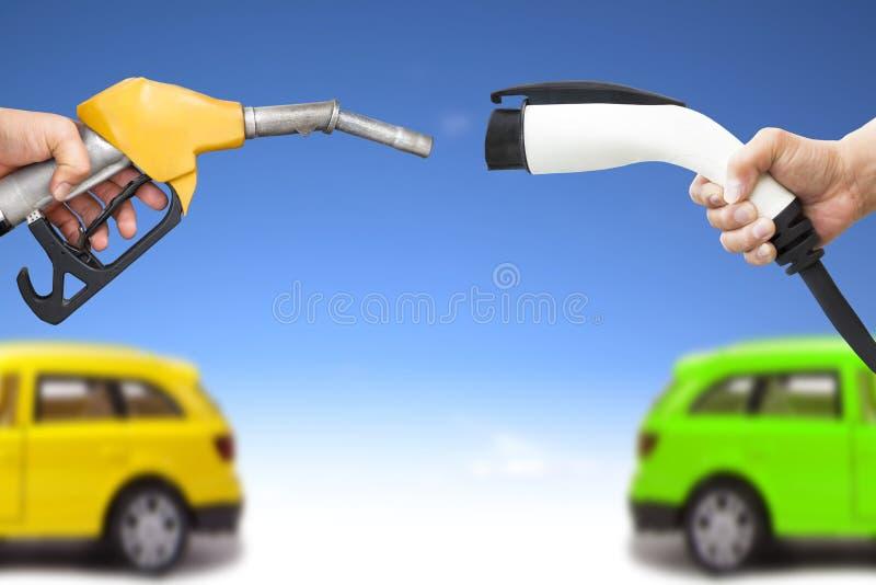 Elektroauto- und Benzinautokonzept stockfotografie