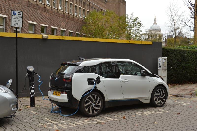 Elektroautos, die London aufladen lizenzfreie stockbilder