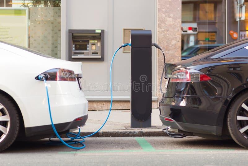 Elektroautos in Ladestation stockfotografie