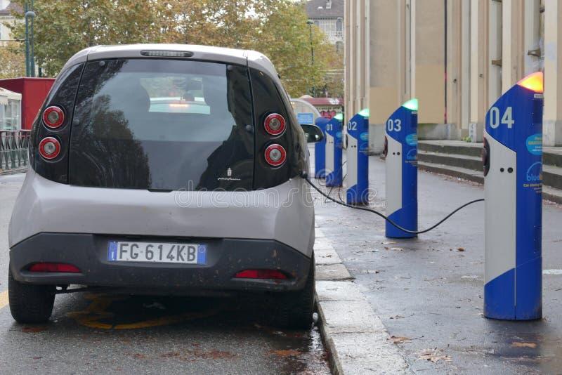 Elektroautoteilen an Ladestation stockfotos