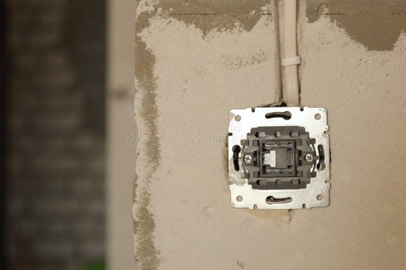 Elektrocontactdoosgat op concrete muur In aanbouw elektrocontactdoos royalty-vrije stock foto's