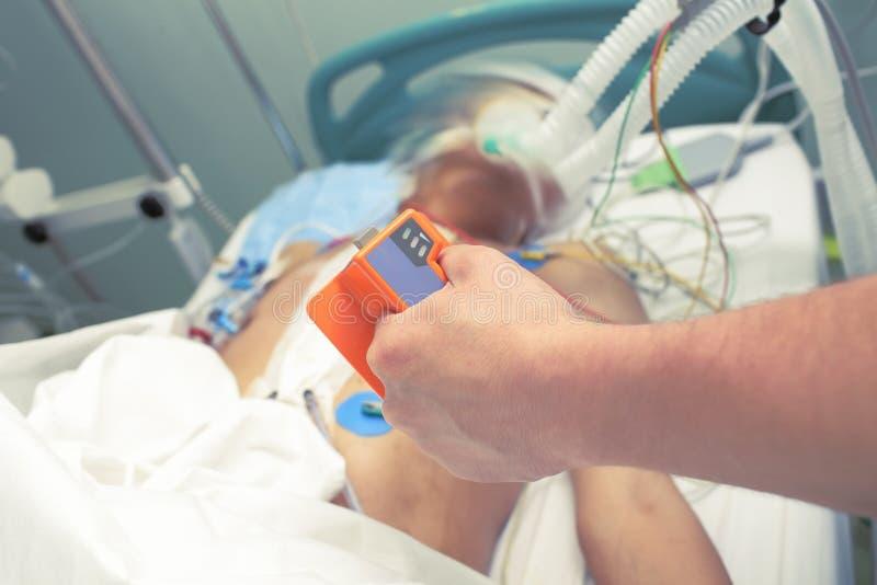 Elektroden für Cardioversion in den Händen des Doktors-intensiv stockbild