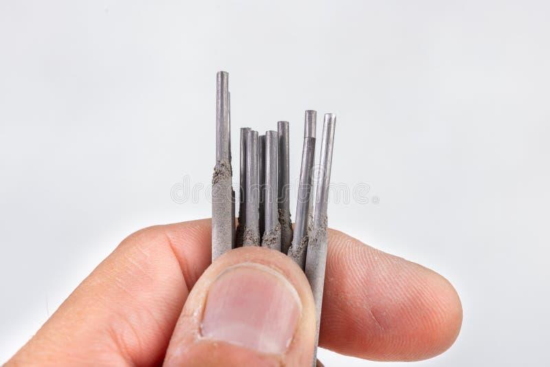 Elektroden voor elektrisch die lassen in de palm van uw hand wordt gehouden Lassentoebehoren voor MMA-methodes royalty-vrije stock fotografie