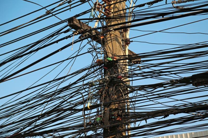 Elektrodraden op elektrische post stock afbeeldingen