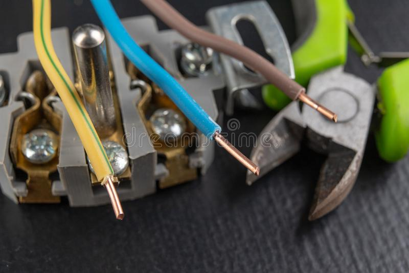 Elektrodraden opgezet aan een elektroafzet Elektrodietoebehoren in het huis worden geïnstalleerd stock foto's