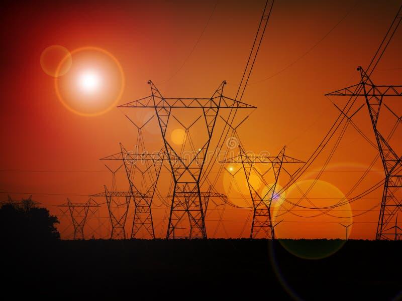 Elektroenergetyczne linie wysokiego napięcia na zachodzie słońca obrazy royalty free