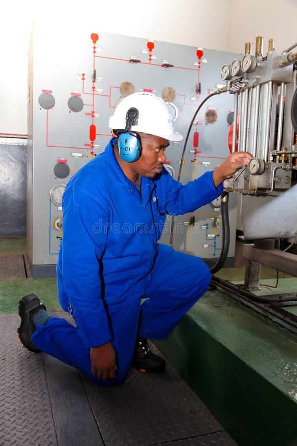 Elektroingenieur die maatmateriaal controleren stock afbeeldingen