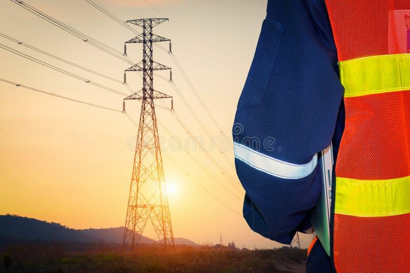 Elektroingenieur met hoogspanningselektriciteit stock foto's