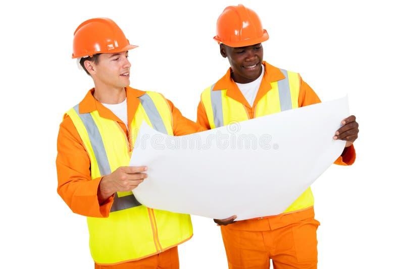 Elektroingenieure, die Plan besprechen lizenzfreie stockbilder