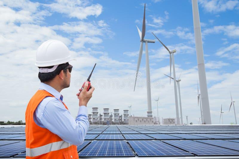 Elektroingenieure, die an Windkraftanlagestromgenerator sta arbeiten stockbild