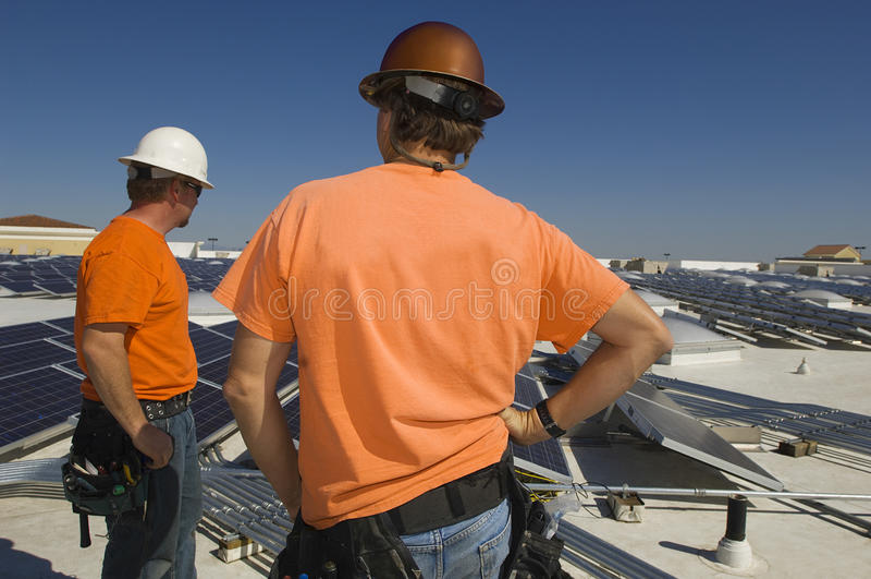 Elektroingenieure in Solarkraftwerk stockfoto