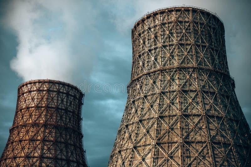 Elektrokraftwerk mit Rohren und Rauche stockfoto