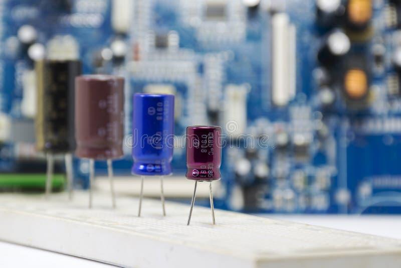 Elektrolytische Condensatoren, multikleur en vele grootte geïnstalleerd royalty-vrije stock afbeelding