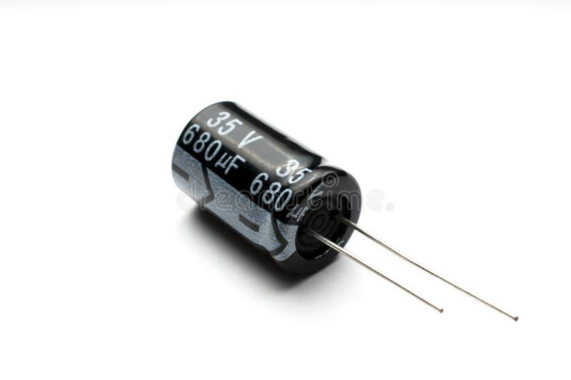 Elektrolytkondensator lokalisiert auf weißem Hintergrund stockfotografie