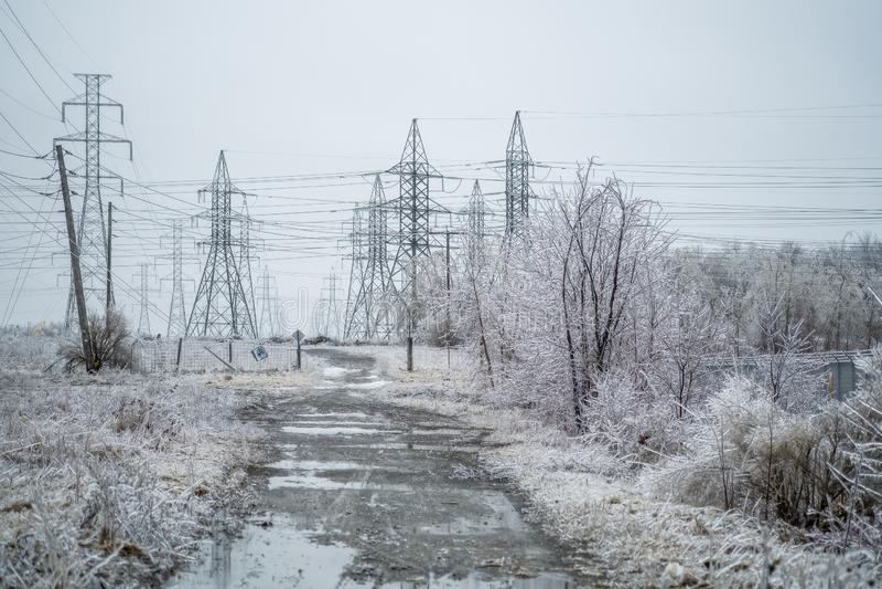 Elektromachtsgebied met het bevriezen regen stock foto's