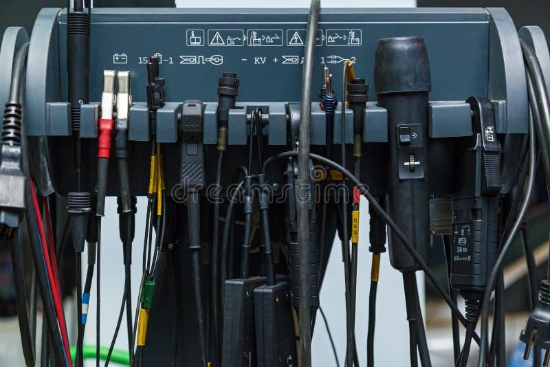 Elektromateriaal bij het autobenzinestation stock fotografie
