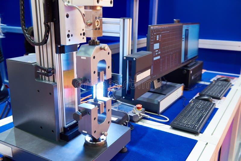 Elektromekaniska maskiner för att testa material för tänjbart, Co arkivbild