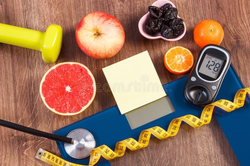Elektroniczna łazienki skala i glucometer z rezultatem pomiar, zdrowy jedzenie i dumbbells, zdrowi style życia, cukrzyce i zdjęcie stock