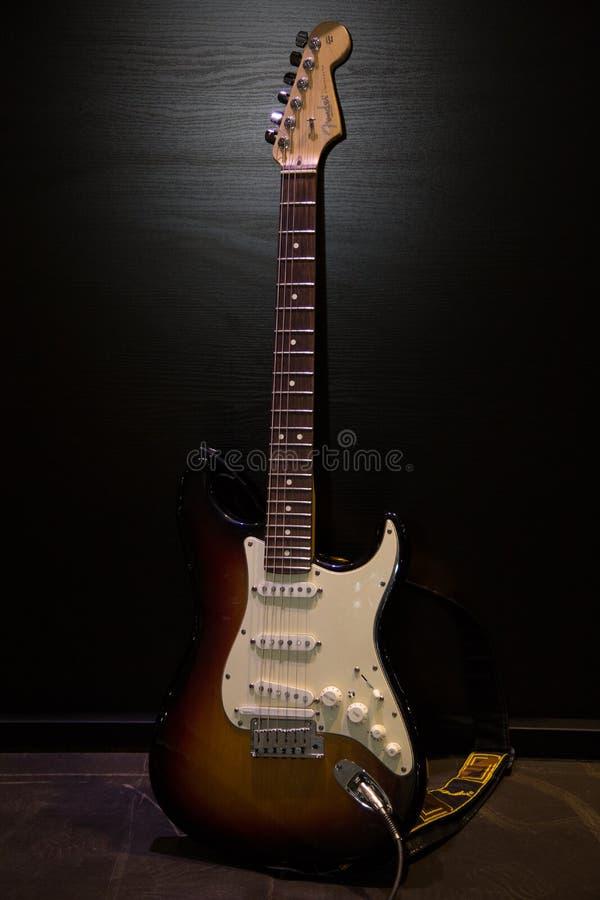Elektroniczna gitara przy rockowym koncertem obrazy stock