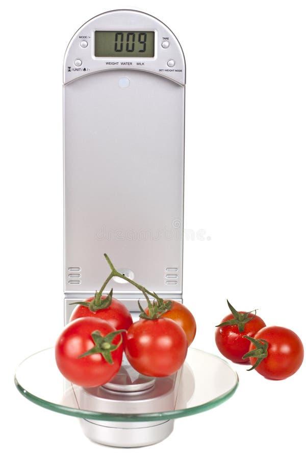 elektroniczna kuchnia waży pomidory fotografia royalty free