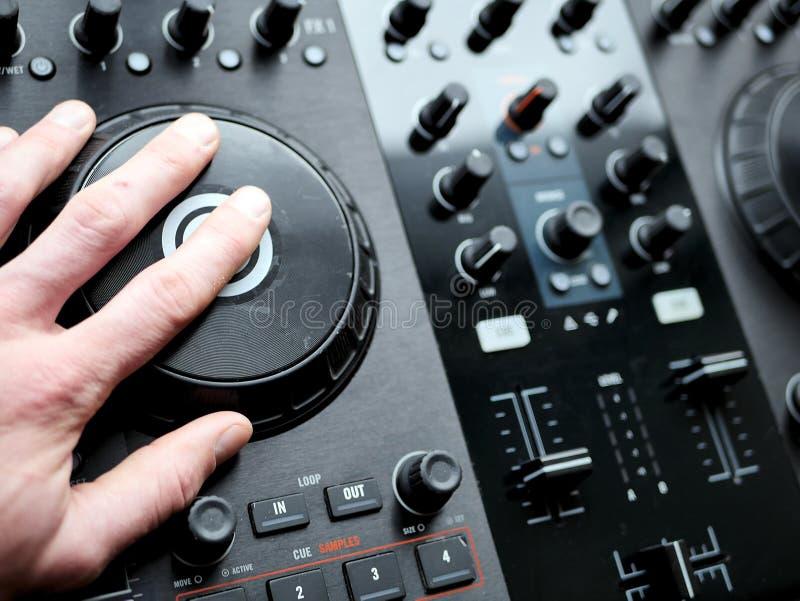 Elektronicznej muzyki tanecznej cyfrowy audio dj przygotowywa z gałeczkami, faders, przy edm festiwalem fotografia stock