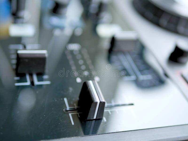 Elektronicznej muzyki tanecznej cyfrowy audio dj przygotowywa z gałeczkami, faders, przy edm festiwalem zdjęcia stock
